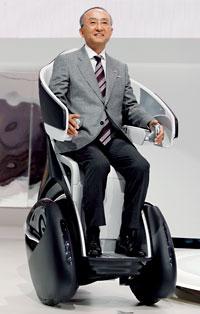 Prezes Toyoty Katsuaki Watanabe prezentuje najnowsze dzieło koncernu